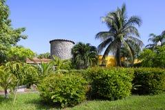 Huis met een tuin Stock Afbeeldingen