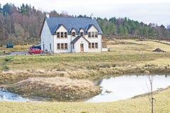 Huis met een vijver. Stock Fotografie