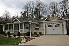 Huis met Garage Royalty-vrije Stock Foto's
