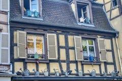 Huis met gieters wordt verfraaid die royalty-vrije stock afbeeldingen