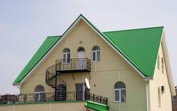 Huis met groen dak Stock Foto's