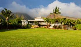 Huis met groot groen gazon Royalty-vrije Stock Foto