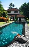 Huis met groot openlucht zwembad Stock Fotografie