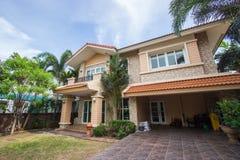 Huis met het mooie modelleren op een zonnige dag - Huisbuitenkant stock afbeelding