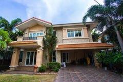 Huis met het mooie modelleren op een zonnige dag - Huisbuitenkant Royalty-vrije Stock Foto