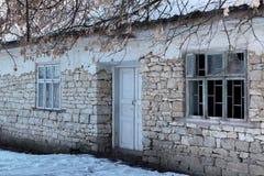 Huis met in het oude geïsoleerde wit van de steenmuur stock afbeeldingen