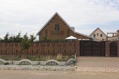 Huis met het wapenschild en de inschrijving op de voorgevel` Eer en moed boven het leven ` in het district van dorpsvitino Saki,  Royalty-vrije Stock Foto