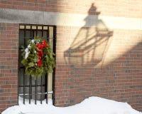 Huis met Kerstmiskroon op traliewerk op Beacon Hill-Gebied - de lamp dacht in schaduw op muur na royalty-vrije stock afbeeldingen