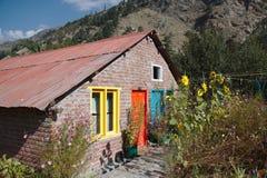 Huis met kleurrijke deuren en vensters Stock Foto's