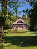 Huis met Met stro bedekt Dak Royalty-vrije Stock Foto's