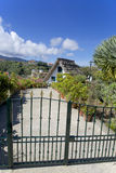 Huis met met stro bedekt dak achter de omheining op het Eiland Madei Stock Afbeeldingen