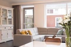 Huis met modern binnenland stock foto