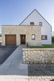 Huis met natuursteenverhoging stock afbeeldingen