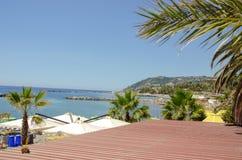 Huis met palmen op het strand van Monaco royalty-vrije stock afbeelding