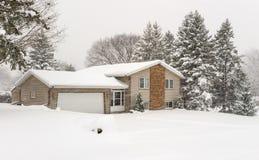 Huis met pijnboombomen en verse sneeuw Stock Foto's