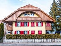 Huis met rode blinden Stock Foto