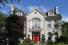 Huis met rode deur Stock Foto's