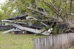 Huis met tornadoschade Stock Afbeeldingen