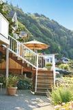 Huis met trap aan privé strand en terrasgebied Royalty-vrije Stock Foto's