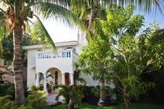 Huis met tropische tuin. Stock Afbeeldingen