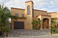 Huis met tropische tuin. Royalty-vrije Stock Fotografie