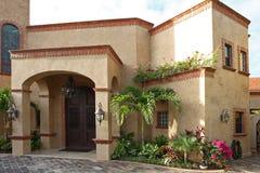 Huis met tropische tuin. Stock Afbeelding