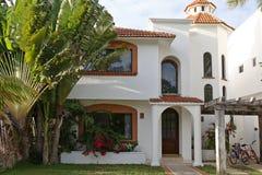 Huis met tropische tuin. Stock Foto