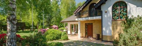 Huis met tuin stock foto