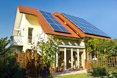 Huis met tuin en zonnepanelen royalty-vrije stock fotografie