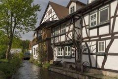 Huis met typische Duitse stijl dicht bij een rivier royalty-vrije stock afbeelding
