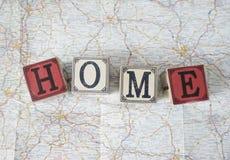 Huis met uitstekende kubussen op kaart Stock Fotografie