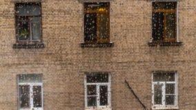 Huis met vensters tegenovergesteld door het glas met dalingen stock afbeeldingen