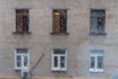 Huis met vensters tegenovergesteld door het glas met dalingen stock fotografie