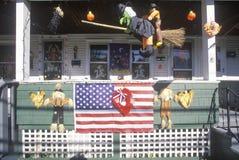 Huis met Vlag en Halloween-Decoratie, New England Royalty-vrije Stock Afbeelding