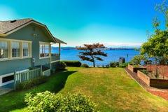 Huis met water vooraanzicht De stad van de havenboomgaard, WA Royalty-vrije Stock Fotografie