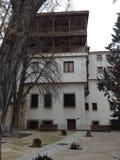 Huis met werf in stad Cuenca Spanje Stock Foto's