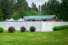 Huis met witte omheining onder parkland stock foto