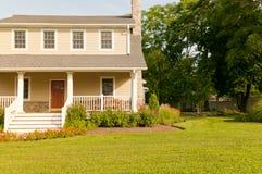 Huis met witte portiek Stock Foto's