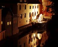 Huis met zich het bewegen van een wiel van een watermill Stock Fotografie