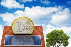 Huis met zonne-energie om geld te maken Royalty-vrije Stock Afbeeldingen
