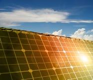 Huis met zonne-energie om geld te maken Royalty-vrije Stock Foto's