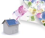 Huis met zonne-energie om geld te maken Royalty-vrije Stock Fotografie