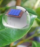 Huis met zonne-energie om geld te maken Stock Foto