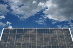 Huis met zonne-energie om geld te maken Stock Afbeelding