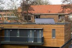 Huis met zonnecollectoren op het dak stock afbeeldingen