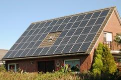 Huis met zonnepaneel stock afbeelding