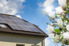 Huis met zonnepanelen Stock Afbeeldingen