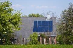 Huis met Zonnepanelen royalty-vrije stock afbeeldingen