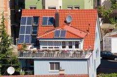 Huis met zonnepanelen stock foto's