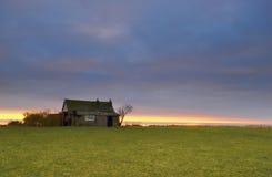 Huis met zonsondergang stock afbeelding